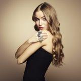 Portret piękna blondynki kobieta w czerni sukni Obrazy Royalty Free