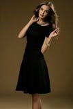 Portret piękna blondynki kobieta w czerni sukni Fotografia Royalty Free