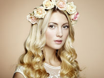 Portret piękna blondynki kobieta z kwiatami w jej włosy Zdjęcia Stock