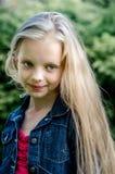 Portret piękna blondynki mała dziewczynka z długie włosy Zdjęcie Royalty Free
