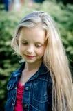 Portret piękna blondynki mała dziewczynka z długie włosy Obrazy Stock