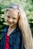 Portret piękna blondynki mała dziewczynka z długie włosy Obraz Stock