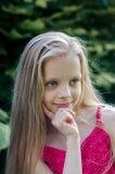 Portret piękna blondynki mała dziewczynka z długie włosy Fotografia Royalty Free