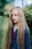 Portret piękna blondynki mała dziewczynka z długie włosy Zdjęcia Stock