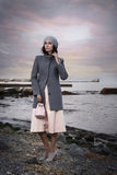 Portret piękna brązowowłosa kobieta na tle morze zdjęcie stock