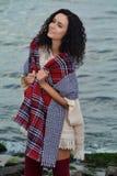 Portret piękna brunetka na plaży obrazy stock