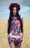 Portret piękna brunetka w polu banatka obrazy stock