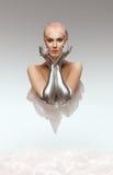 Portret piękna cyber kobieta od przyszłości z glinianymi fryzury i srebra rękami zdjęcie royalty free