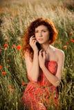 Portret piękna czerwona włosiana dziewczyna przy zmierzchem Zdjęcie Stock