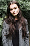 Portret piękna długowłosa brunetka w lesie fotografia stock