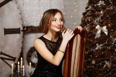 Portret piękna długowłosa młoda dziewczyna w czarnym wieczór zdjęcia stock