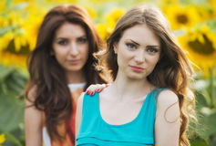 Portret piękna dwa szczęśliwej młodej kobiety z długie włosy wewnątrz Zdjęcia Stock