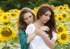 Portret piękna dwa szczęśliwej młodej kobiety z długie włosy wewnątrz Zdjęcia Royalty Free