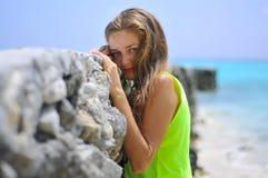 Portret piękna dziewczyna blisko mola przy tropikalną plażą obrazy royalty free