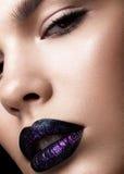 Portret piękna dziewczyna Genialny glansowany wargi zbliżenie Purpury błyskotliwość na czarnej pomadce zdjęcia royalty free