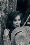 Portret piękna dziewczyna która stoi blisko drzewa lato, spacer w naturze, miedzianowłosa dziewczyna w rocznik sukni i beżowy swe obrazy stock