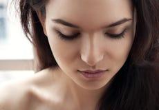 Portret piękna dziewczyna patrzejący puszek Obraz Royalty Free