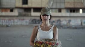 Portret piękna dziewczyna trzyma wianek patrzeje kamerę w kamuflaż nakrętce białej koszulce i fantazi mody pomys?u wojownika kobi zbiory wideo