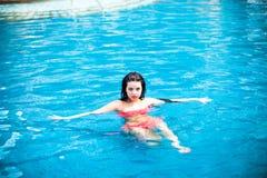 Portret piękna dziewczyna w basenie fotografia royalty free
