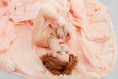 Portret piękna dziewczyna w beżowej brzoskwini sukni Obrazy Royalty Free