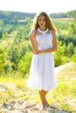 Portret piękna dziewczyna w białych sundress Zdjęcia Royalty Free