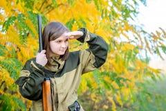 Portret piękna dziewczyna w kamuflażu myśliwym z flintą Obraz Stock