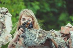 Portret piękna dziewczyna w kamuflażu w jej rękach podczas a Zdjęcia Royalty Free
