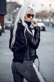 Portret piękna dziewczyna w okulary przeciwsłoneczni outdside Zdjęcia Stock