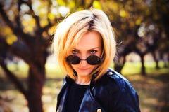 Portret piękna dziewczyna w round okularach przeciwsłonecznych Obraz Royalty Free