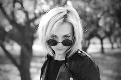 Portret piękna dziewczyna w round okularach przeciwsłonecznych Czerń i whit Obraz Stock