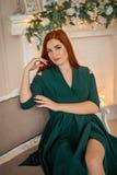 Portret piękna dziewczyna w zielonej wieczór sukni przy tłem graba Bożenarodzeniowe dekoracje I światła Decorat zdjęcia royalty free