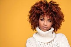 Portret piękna dziewczyna z afro fryzurą Zdjęcia Royalty Free