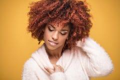 Portret piękna dziewczyna z afro fryzurą Obrazy Royalty Free