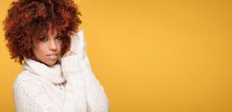 Portret piękna dziewczyna z afro fryzurą Zdjęcie Royalty Free