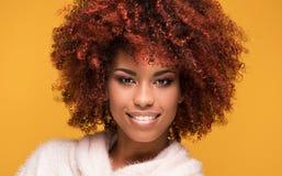 Portret piękna dziewczyna z afro fryzurą Fotografia Royalty Free