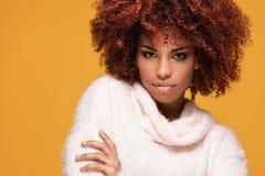 Portret piękna dziewczyna z afro fryzurą Obrazy Stock