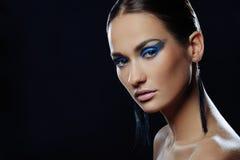 Portret piękna dziewczyna z błękitnym jaskrawym makijażem w długich kolczykach zdjęcie royalty free