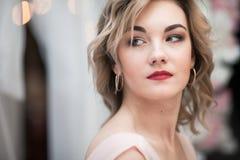 Portret piękna dziewczyna z blondynami słucha obraz royalty free