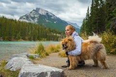Portret piękna dziewczyna z chow psem zdjęcie stock