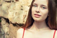 Portret piękna dziewczyna z czerwonym włosy z tłuściuchnymi wargami w czerwieni sukni na letnim dniu na ulicie obrazy stock