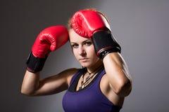 Portret piękna dziewczyna z czerwonymi bokserskimi rękawiczkami, agresywny Zdjęcia Stock