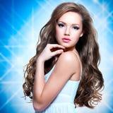 Portret piękna dziewczyna z długimi kędzierzawymi hairs zdjęcia royalty free