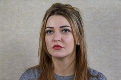 Portret piękna dziewczyna z dużymi oczami na abstrakcjonistycznym backgr obrazy stock