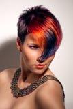 Portret piękna dziewczyna z farbującym włosy Zdjęcia Royalty Free