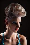Portret piękna dziewczyna z farbującym włosy, fachowa włosiana kolorystyka Fotografia Stock