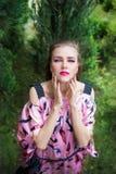 Portret piękna dziewczyna z jaskrawym uzupełniał Obraz Stock