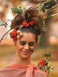 Portret piękna dziewczyna z jesień liśćmi z eleganckim m i Zdjęcia Royalty Free