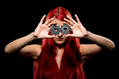 Portret piękna dziewczyna z kółkowym saw ostrzem Bretty naga kobieta, długi czerwony włosy, nagi ciało, sawblade, ciemny tło