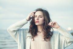 Portret Piękna dziewczyna z Kędzierzawym włosy na Zimnym Wietrznym dniu Fotografia Royalty Free