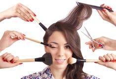 Portret piękna dziewczyna z makijaży muśnięciami i Fotografia Stock